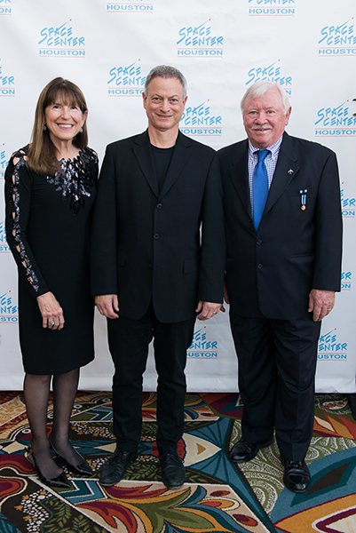 Gary Sinise takes a photo with longtime supporters Susie and Pat Cunningham.