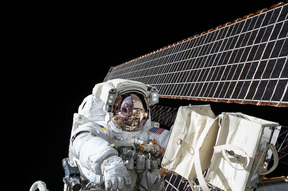 Scott Kelly participates in the 190th EVA in support of the ISS during Expedition 45